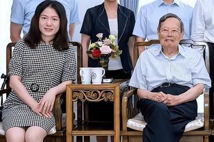 98岁杨振宁携妻亮相